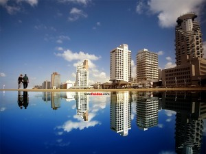 Edificios reflejados en el agua