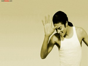 Michael Jackson, sonriente, en camiseta