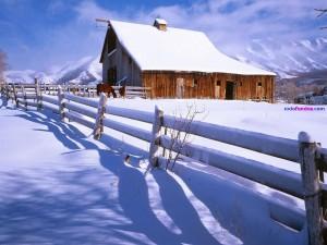 Casita nevada en la montaña