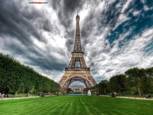 Postal: La Torre Eiffel (París, Francia) vista desde el Campo de Marte