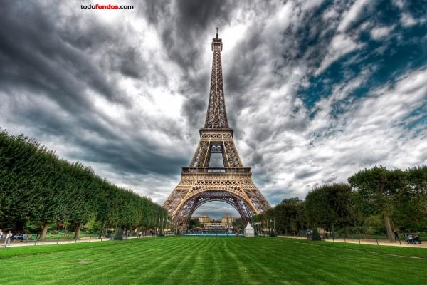 La Torre Eiffel (París, Francia) vista desde el Campo de Marte