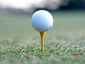 Postal: Pelota de golf sobre un tee