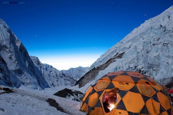 Estrellas sobre el campo base (Monte Everest)