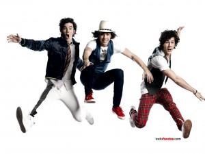 Los Jonas Brothers saltando