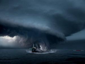 Barco en el centro del huracán