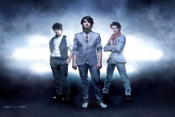 Los Jonas Brothers de traje