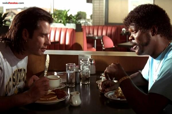 Desayuno entre Vincent Vega (John Travolta) y Jules (Samuel L. Jackson) en Pulp Fiction