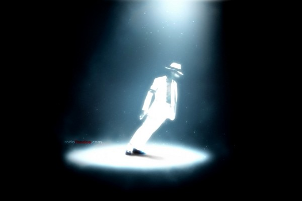 Michael Jackson inclinado en Smooth Criminal