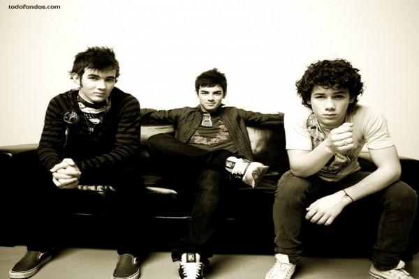 Los Jones Brothers sentados en un sofá