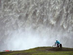 Postal: Con la bici cerca de una cascada