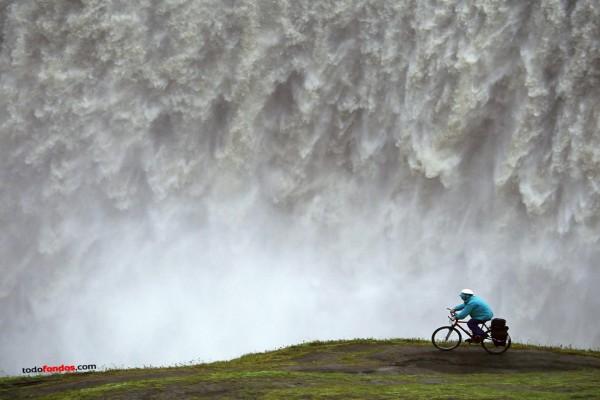 Con la bici cerca de una cascada