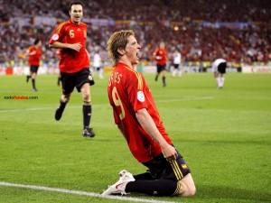 Postal: Fernando Torres (España) celebrando un gol (a Alemania) en la final de la Eurocopa 2008