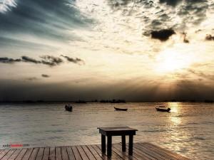 Postal: Una mesa a la orilla del mar