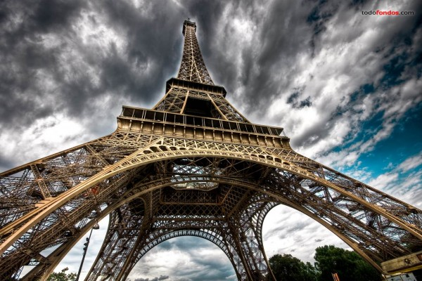La Torre Eiffel bajo un cielo oscuro