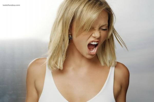 Charlize Theron, gritando