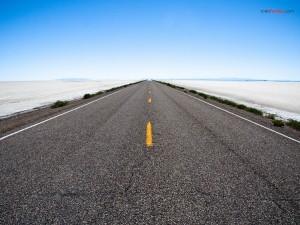Postal: Carretera de asfalto atravesando el desierto