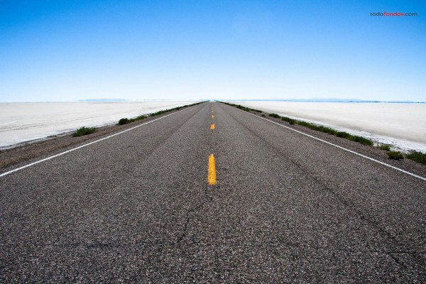Carretera de asfalto atravesando el desierto