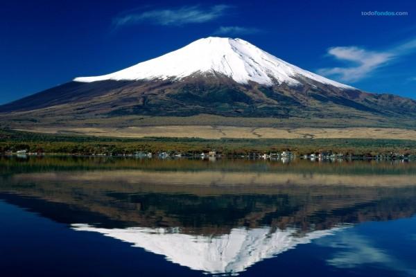 Monte Fuji reflejado en el Lago Kawaguchi