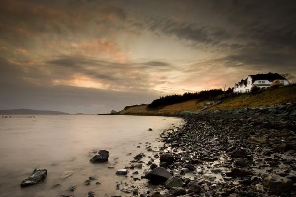 Playa rocosa en Stein, en la isla de Skye (Escocia)