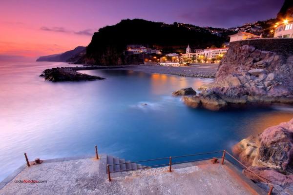 """Atardecer en """"Ponta do Sol"""", una ciudad en la isla de Madeira"""
