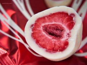 Postal: Una fresa recubierta de chocolate blanco