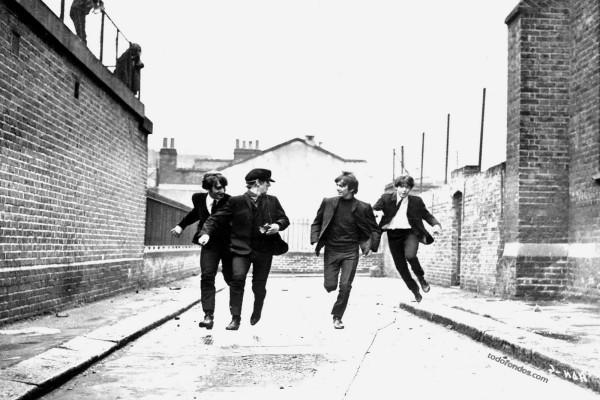 Los Beatles corriendo por las calles de Liverpool