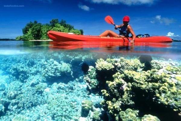 Piragüismo en aguas cristalinas, en la Isla Kennedy (Islas Salomón)