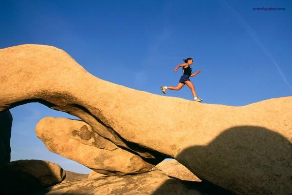 Corriendo sobre la piedra, en Joshua Tree (California)