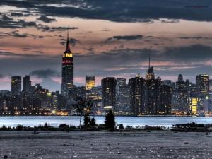 Postal: Nueva York de noche (con el edificio Empire State de fondo)