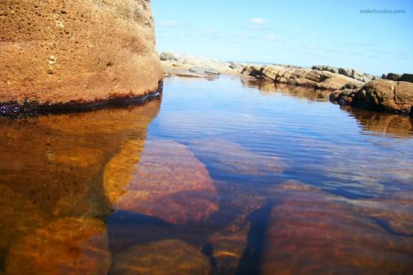 Piedras bajo el agua