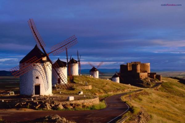 Molinos de viento junto al Castillo de Consuegra (Toledo, España)