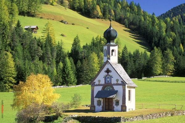 Iglesia en medio del campo