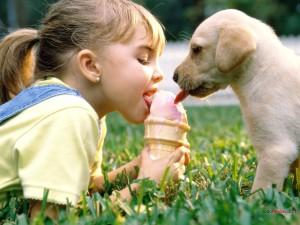 Niña y cachorro compartiendo un helado