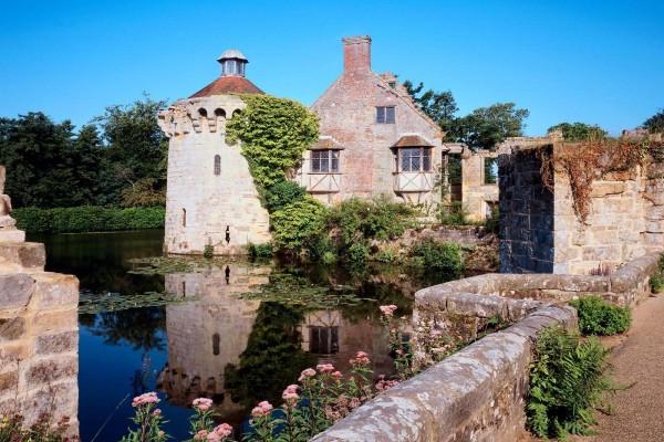 En el interior del Castillo Scotney (Inglaterra)
