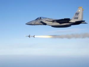 Postal: Avión de combate lanzando un misil