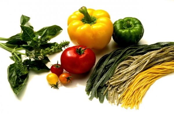 Pasta fresca, pimientos, tomates y albahaca