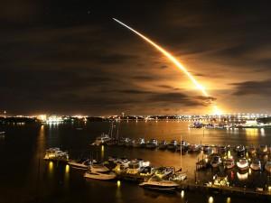 Lanzamiento nocturno de un cohete