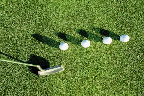 Pelotas de golf alineadas