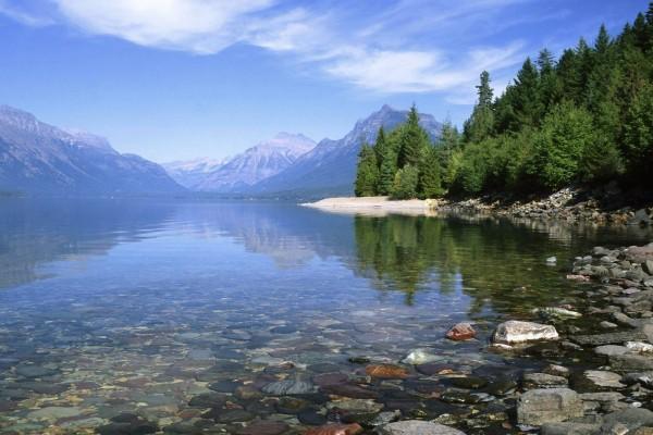Lago al pie de la montaña
