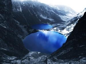 Postal: Lagos azules entre montañas