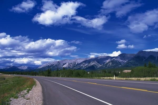Carretera con las montañas de fondo