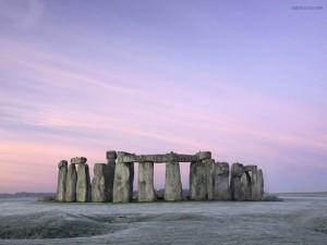 Stonehenge bajo un cielo morado