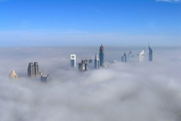 Rascacielos por encima de las nubes