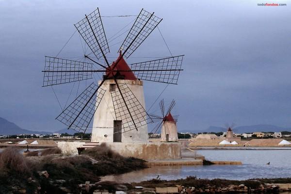 Molinos de viento en Marsala, Sicilia