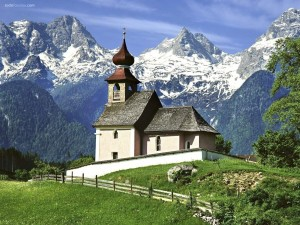 Postal: Pequeña iglesia en la montaña