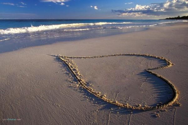 Corazón en la arena de la playa