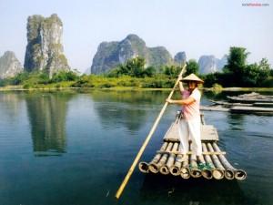Balsa de bambú por el río Li (Guangxi, China)