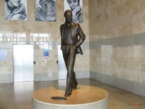 Estatua de John Lennon en el aeropuerto de Liverpool