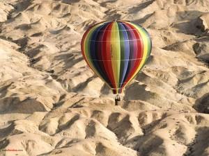 Postal: Sobrevolando el desierto en globo