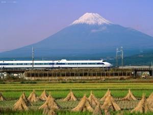 Tren bala con el Monte Fuji (Japón) de fondo
